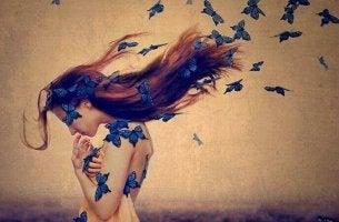 Frau inmitten blauer Schmetterlinge
