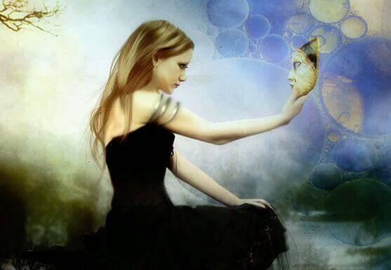 Frau mit Maske in der Hand