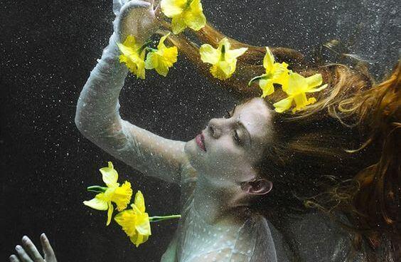 Frau mit gelben Blumen