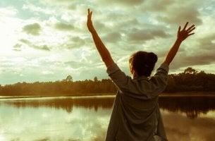 Was brauchen wir an Eigenschaften, um Ziele zu erreichen? - Frau hebt ihre Arme als Zeichen des Erfolgs