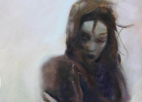 Frau-mit-verschraenkten-Armen