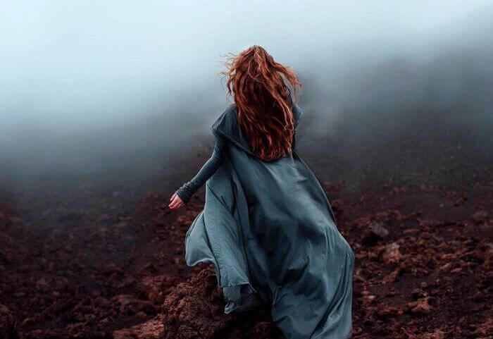 Frau rennt durch den Nebel