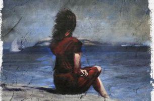 Frau schaut hinaus aufs Meer