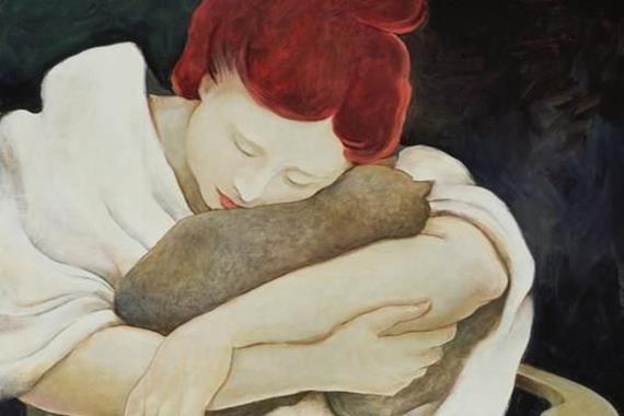 Frau umarmt Katze