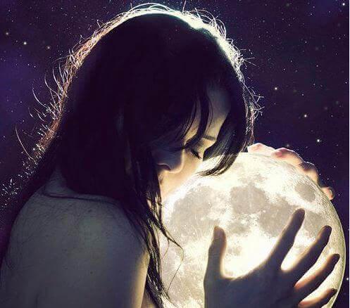 Frau umarmt den Mond