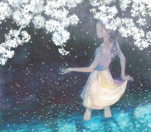 Frau umgeben von weißen Blumen