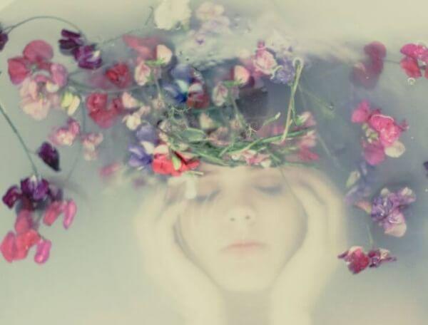 Frau-unterwasser-Blumen
