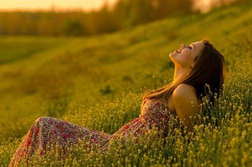 Glückliche Frau im Gras