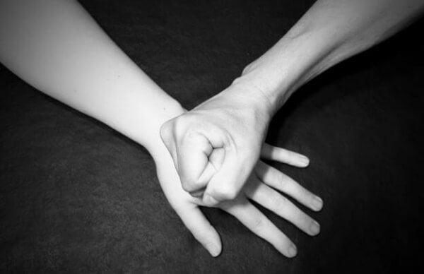 Faust auf ausgestreckter Hand
