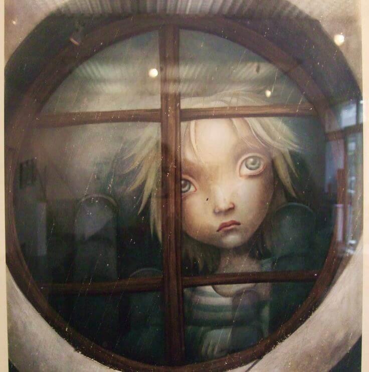 Kind am Fenster bei Regenwetter