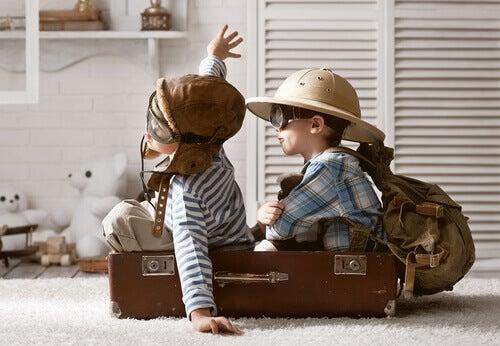 Kinder spielen in einem Koffer