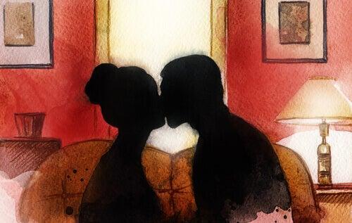 Silhouette eines sich küssenden Paares