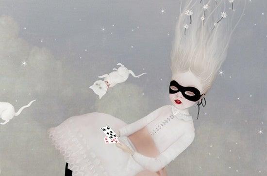 Mädchen mit Maske, Spielkarten und weißen Katzen
