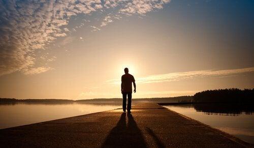 Abenteuer der Selbstfindung - Mann läuft der Sonne entgegen