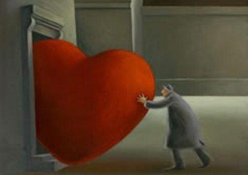 Mann schiebt Herz durch schmale Tür