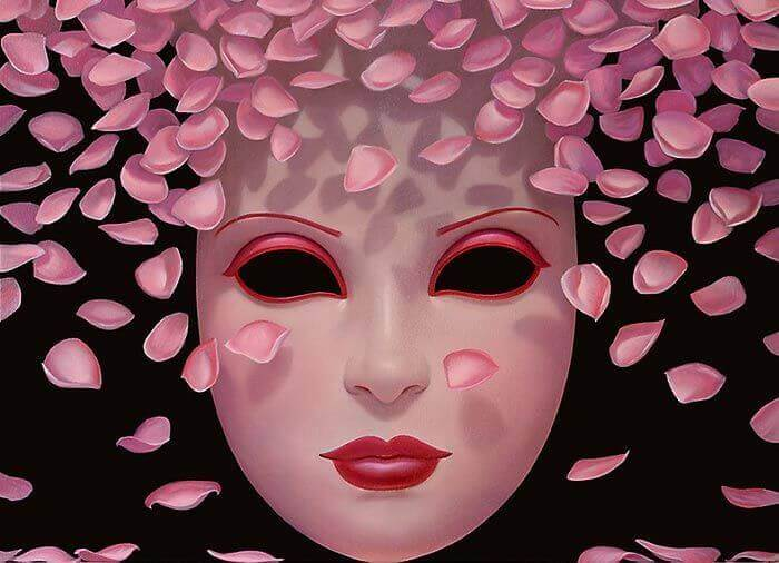 Maske hinter Rosenblättern