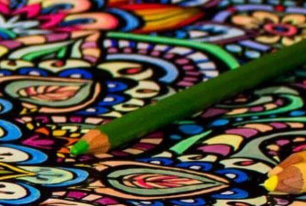 Grüner Stift über ausgemalten Mustern