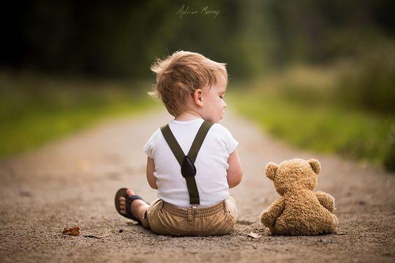 kleiner-Junge-mit-Teddybaer