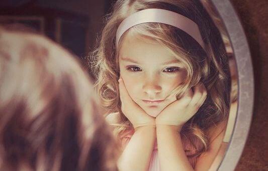 kleines-Maedchen-sieht-ihr-Spiegelbild