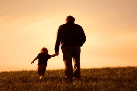 Alter-Mann-und-junges-Kind