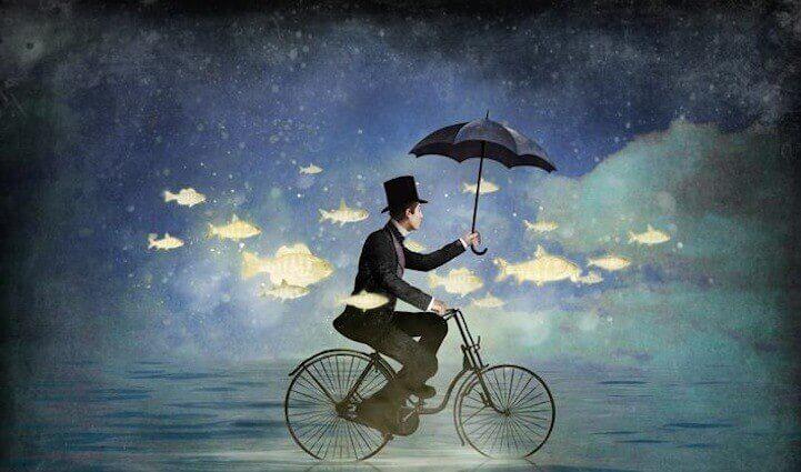 Mann fährt mit dem Fahrrad durch Wasser und Fischschwarm