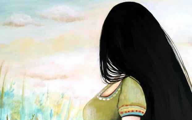 Frau mit schwarzem Haar schaut in die Ferne