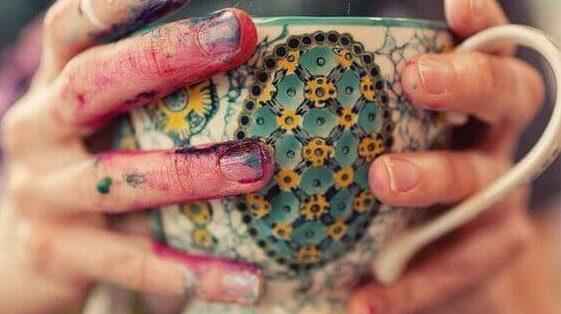 farbige-hand-haelt-tasse