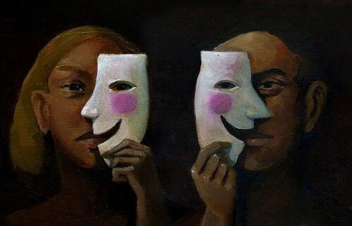 paar-versteckt-sich-hinter-maske