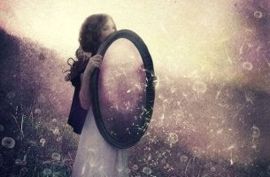 girl-holding-mirror-600x383