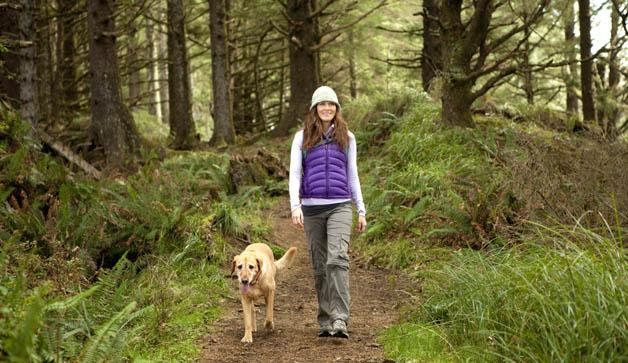 frau-geht-mit-hund-spazieren
