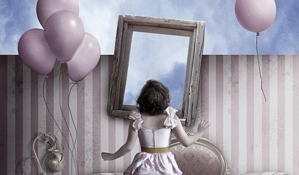 frau-vor-spiegel-mit-lufballons