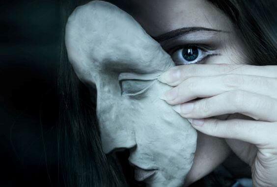 frau-mit-maske