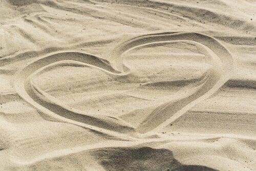 herz-gezeichnet-im-sand