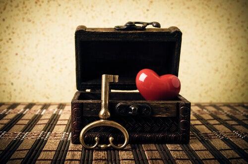 koffer-mit-herz-und-schluessel