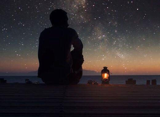 mann-schaut-in-sternenhimmel