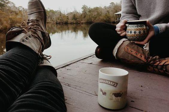 paerchen-beim-kaffee-trinken