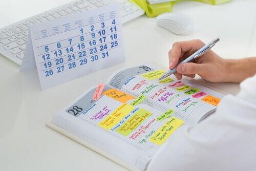 Eine Person trägt ihre Termine in einem Kalender ein.