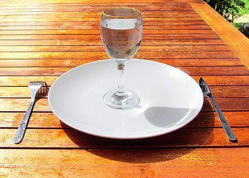 wasserglas-auf-teller