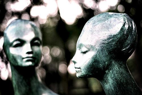 zwei-statuen-frauenkopf