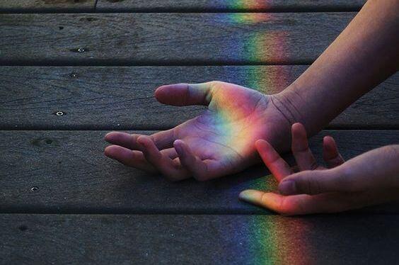 haende-im-regenbogen-symbol-für-träumen