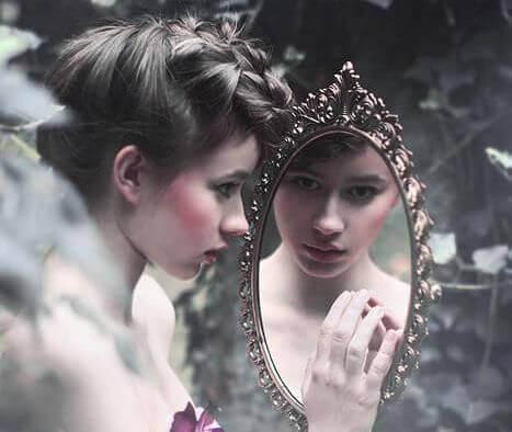 maedchen-schaut-in-den-spiegel