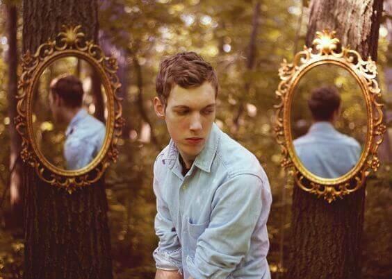 mann-mit-spiegeln