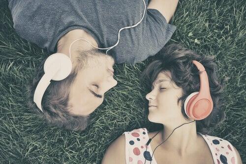 paar-hoert-musik