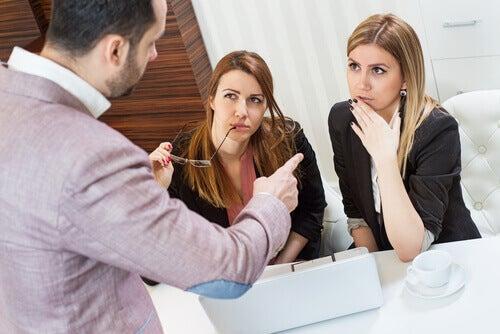 Chef kritisiert zwei Angestellte