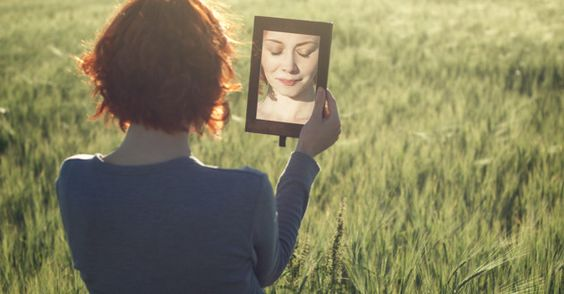 frau-schaut-in-spiegel