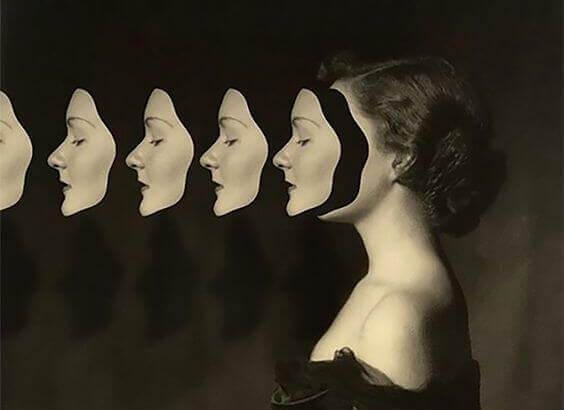 Frau-mit-Masken