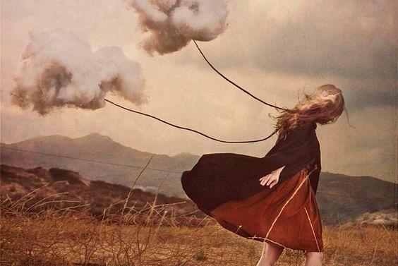 Maedchen-mit-Wolken-die-an-ihr-festgebunden-sind