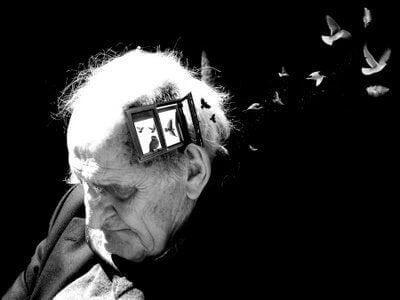 Alter Mann mit Fenster im Kopf