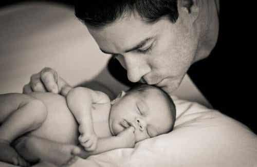 Ein sich um sein Baby kümmernder Vater hilft nicht nur, sondern wird der Vaterrolle gerecht