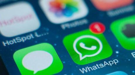 Ein Handydisplay, das eine Benachrichtigung bei WhatsApp zeigt.